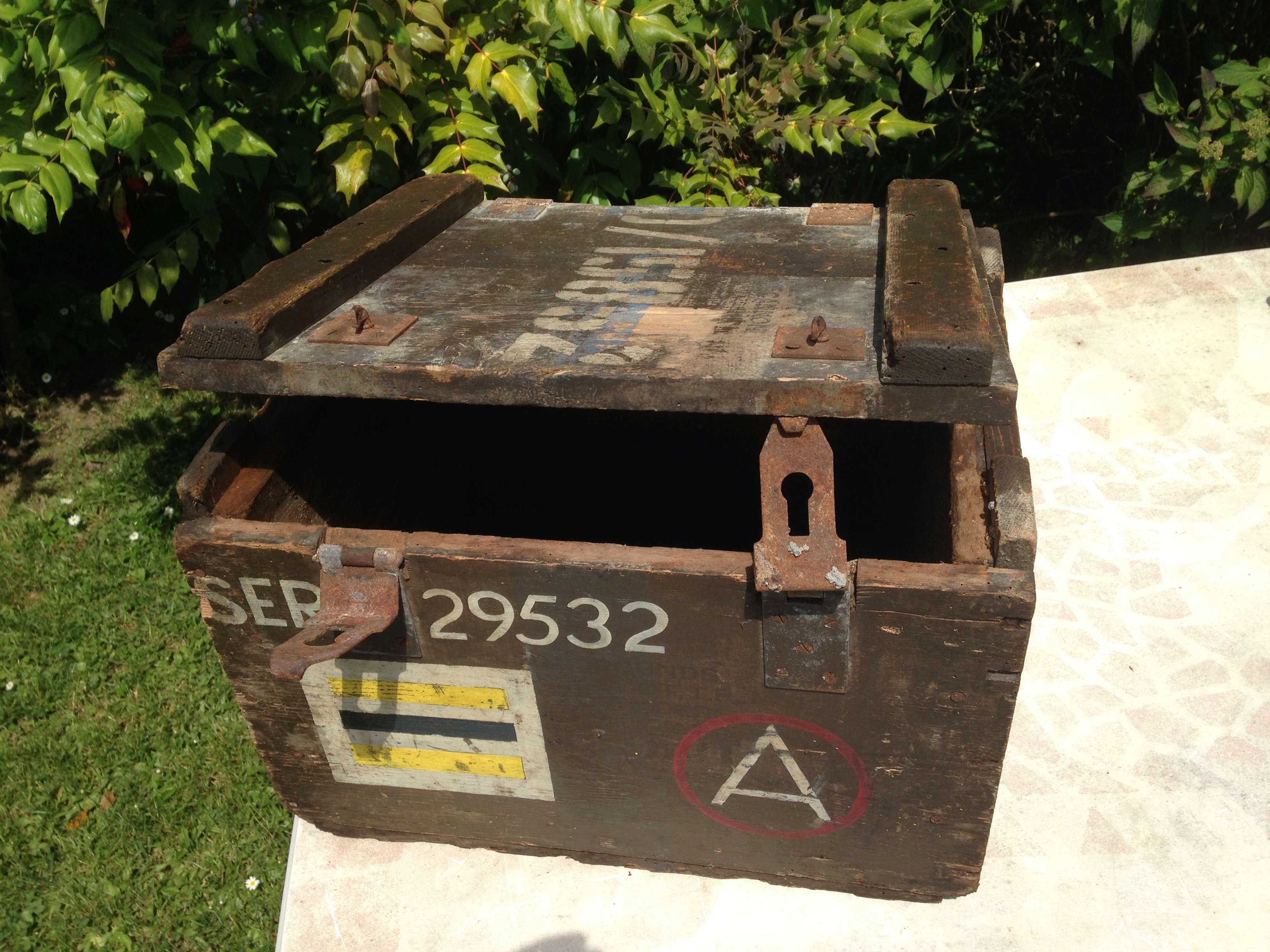 une jolie caisse pleine de marquages Img_6211