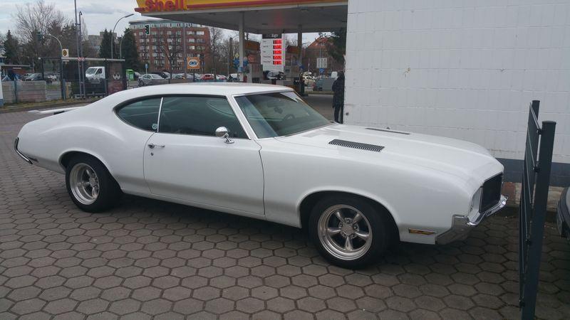 Oldsmobile Cutlass Supreme 1971 auf der Tankstelle 2018-013
