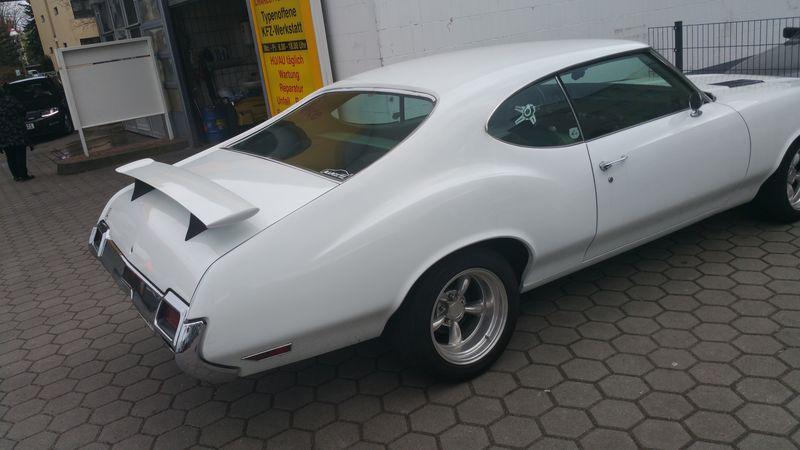 Oldsmobile Cutlass Supreme 1971 auf der Tankstelle 2018-014