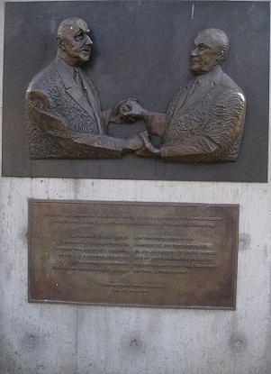 Le traité d'amitié franco-allemand.Grace au traité d'amitié Franco-Allemand,nous vivons en paix en Europe.(Source Wikipédia) 800px-13