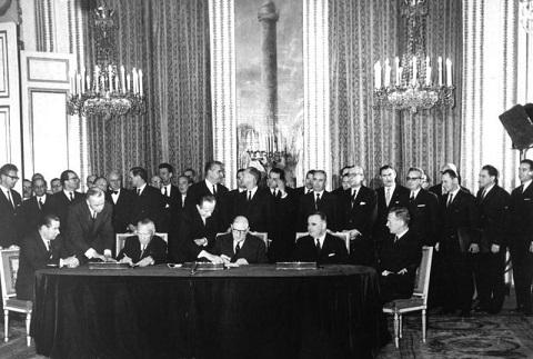 Le traité d'amitié franco-allemand.Grace au traité d'amitié Franco-Allemand,nous vivons en paix en Europe.(Source Wikipédia) Pour_s13