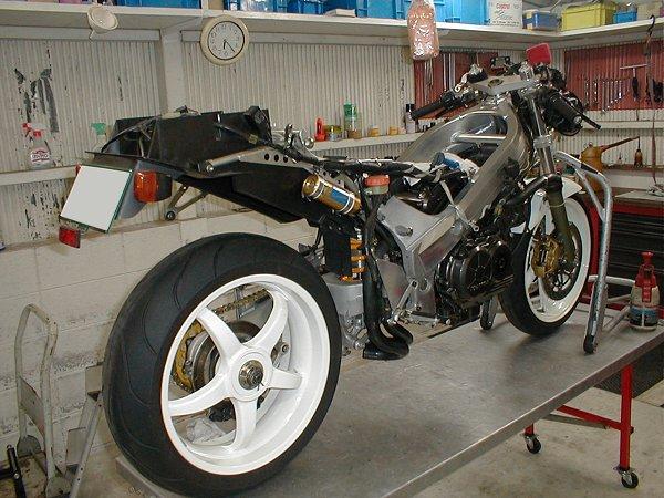 Honda RC 30 - Page 3 Bw_upl13