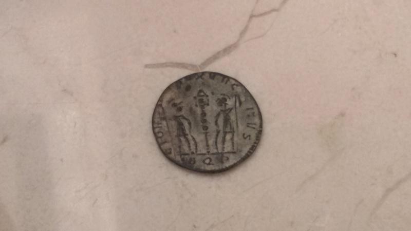 AE4 de Constantino I. GLORIA EXERCITVS. Soldados entre un estandarte. Aquilea 20180411