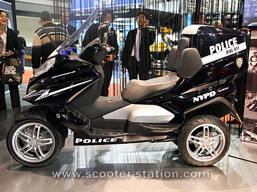 Quadro : Un scooter à 4 roues présenté à Milan  - Page 4 Quadro12