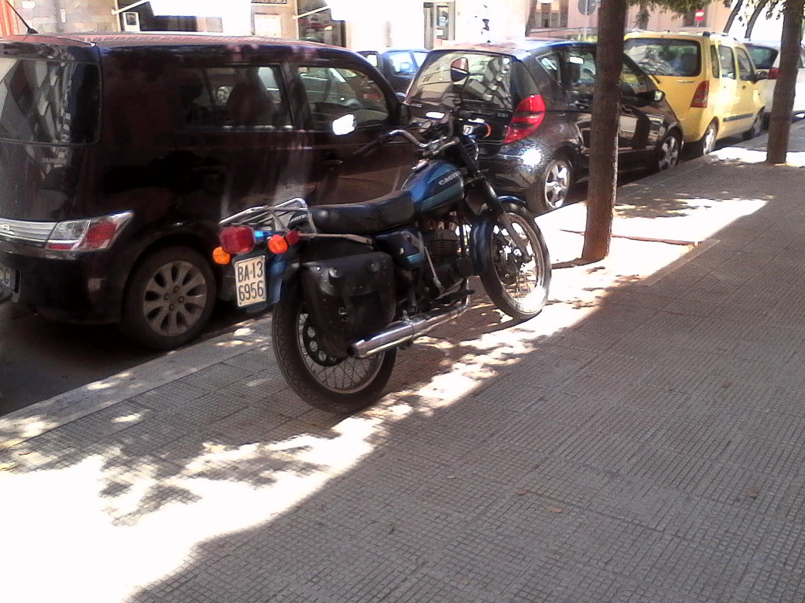 Foto di moto d'epoca o rare avvistate per strada - Pagina 17 02311