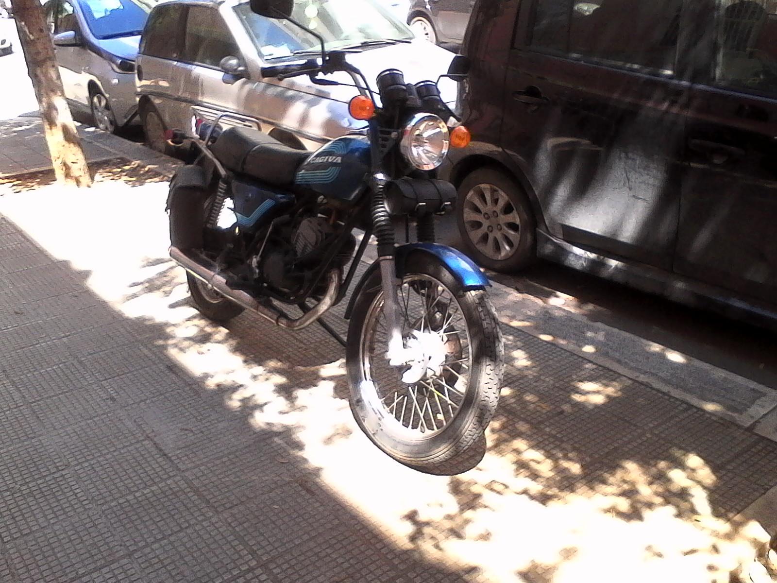Foto di moto d'epoca o rare avvistate per strada - Pagina 17 02511