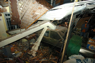 Twaalf doden nadat uitwijkende vrachtwagen van de weg raakt in Indonesië 1111