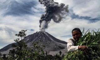 Sinabungvulkaan op Indonesië spuwt opnieuw as 141
