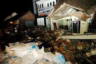 Twaalf doden nadat uitwijkende vrachtwagen van de weg raakt in Indonesië 222