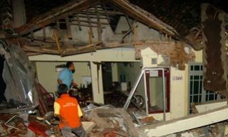 Twaalf doden nadat uitwijkende vrachtwagen van de weg raakt in Indonesië 312