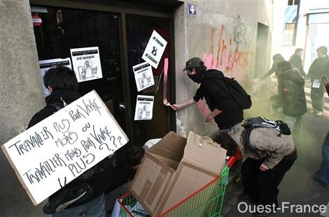 Permanence de l'UMP taguée par des étudiants 12/02/09 P9300611