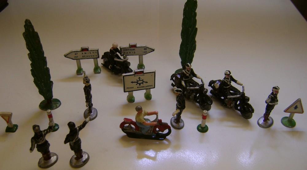 Les figurines anciennes, leurs accessoires et leurs décors. - Page 4 Dsc02547