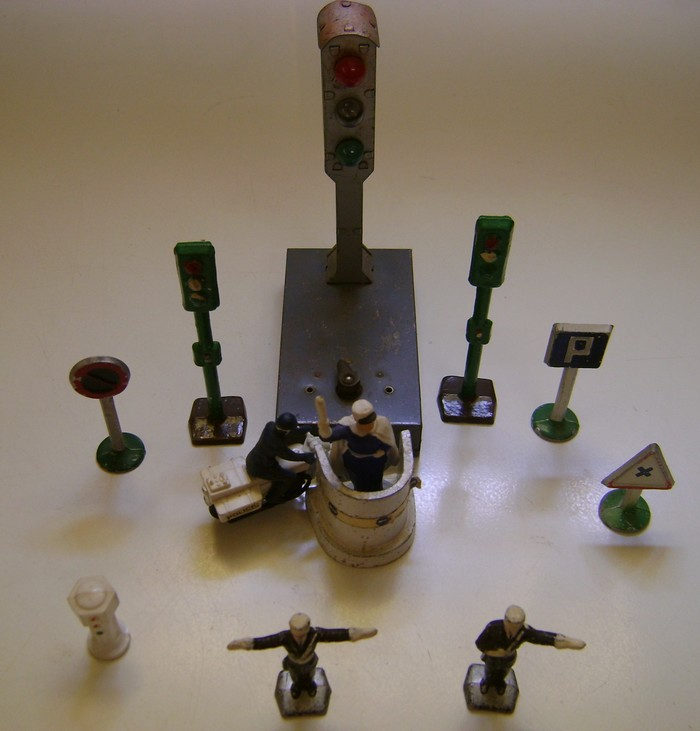 Les figurines anciennes, leurs accessoires et leurs décors. - Page 4 Dsc02549