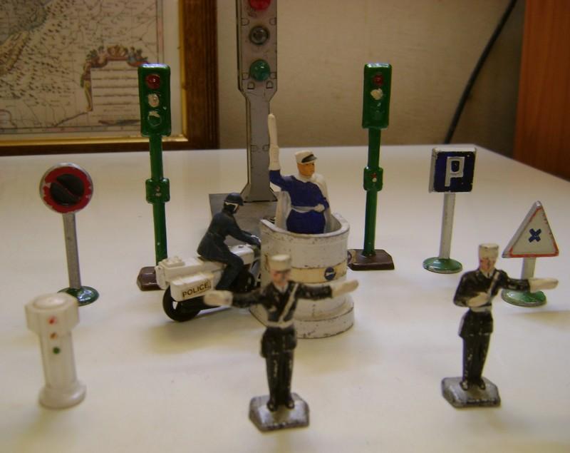 Les figurines anciennes, leurs accessoires et leurs décors. - Page 4 Dsc02550