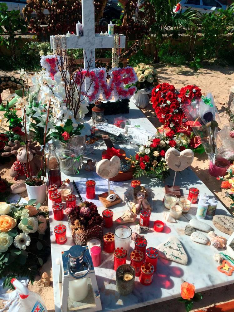Johnny Hallyday : à Saint-Barth, une tombe (presque) comme toutes les autres 12771410