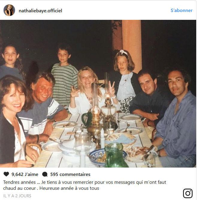 Johnny/Nathalie Baye L'actrice a posté une photo d'un temps plus joyeux, où tous étaient réunis. Captu103