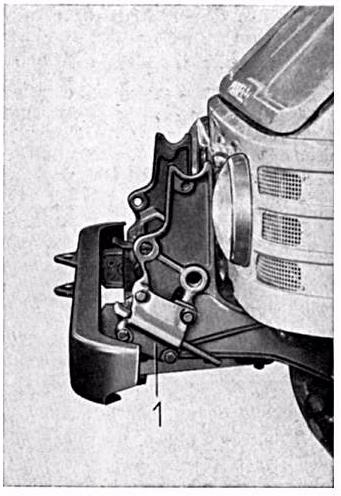 U421 porte outil avant, à quoi sert la fixation latérale ? Plaque10