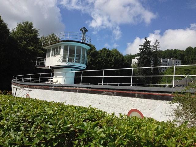 """Le """"Chat lent"""", une piscine en forme de bateau, à Profondeville (Belgique) 9a745010"""