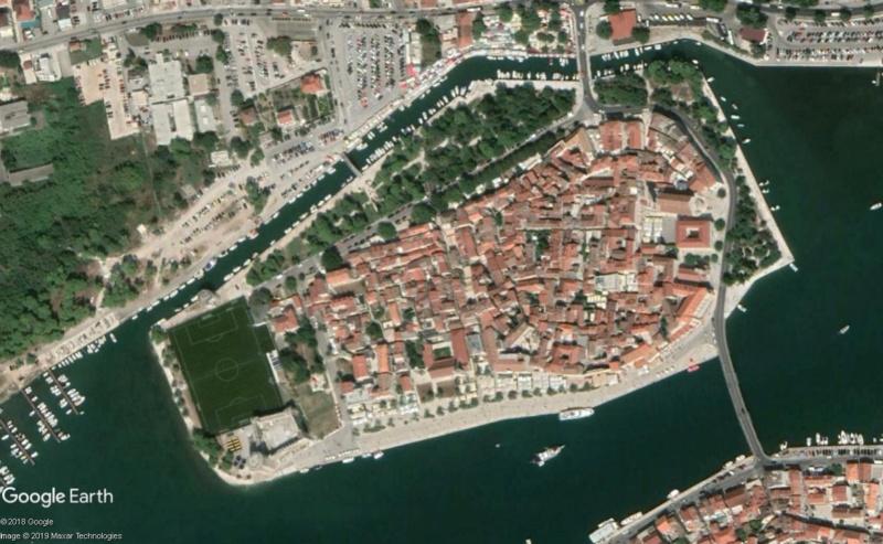 Terrains de foot insolites - Page 5 Trogir10
