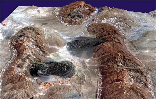 Glaciers de sel dans les montagnes Zagros d'Iran sortis du sol comme de la pâte dentifrice Iran3d10