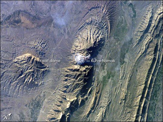 Glaciers de sel dans les montagnes Zagros d'Iran sortis du sol comme de la pâte dentifrice Iss01210