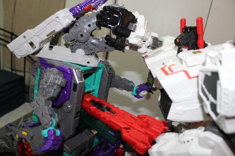 Guerres Transformers! Montrez-moi vos batailles et guerres épiques en photo ici. - Page 7 Img_6018