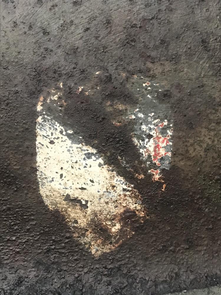 Identification insigne sur casque M1 impacté. Image210