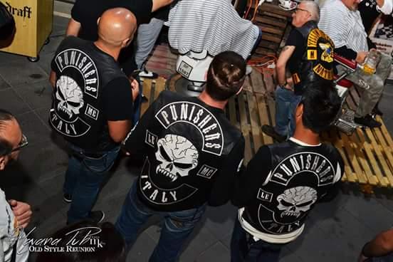 Couleurs des differents clubs de bikers - Page 20 13343110