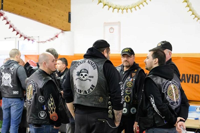 Couleurs des differents clubs de bikers - Page 21 17361410