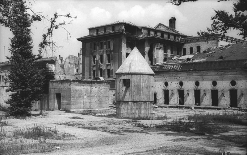 Le bunker du Führer reconstitué à Berlin Bunk_110