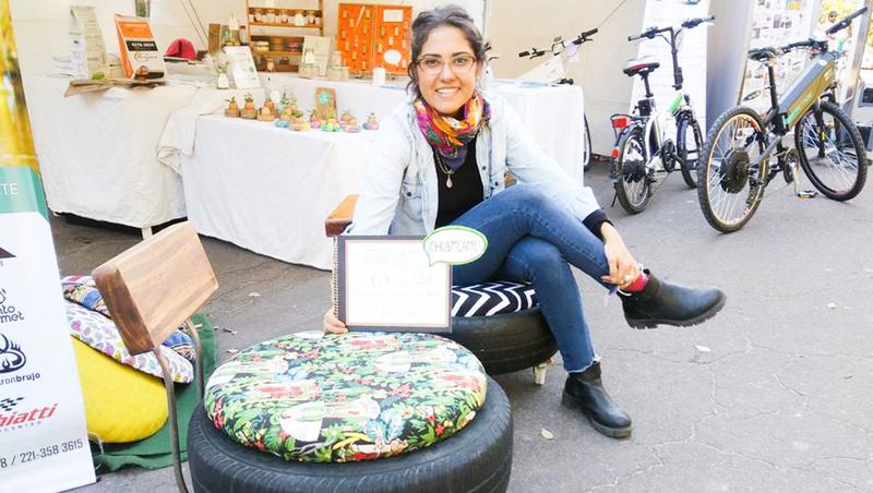 Una estudiante de la UNLP convierte viejos neumáticos en sillones sustentables. 00115