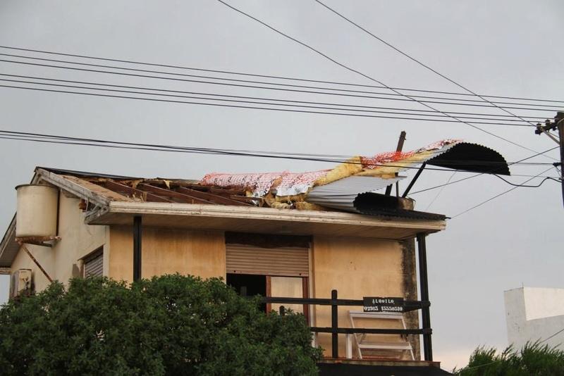 Un violento temporal de viento y agua ocasionó serios daños en Claromecó  00119