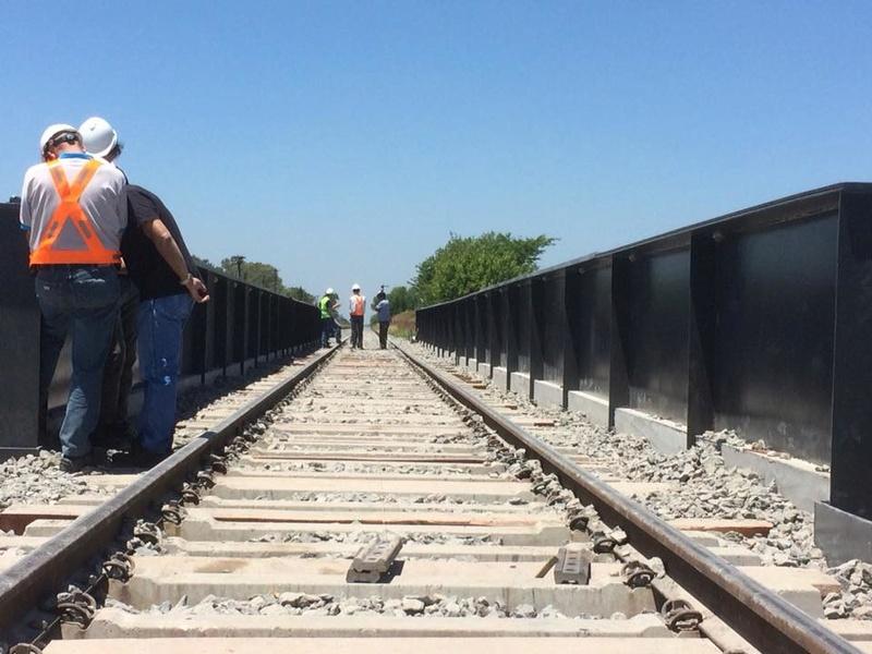 Luján. El puente ferroviario de la Autopista 5 ahora comenzó a desplazarse. 00131
