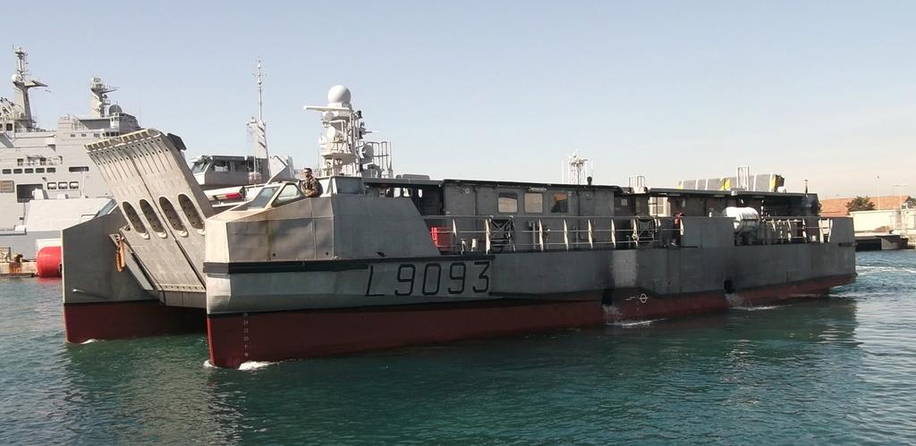[Divers navires amphibie] EDA - R ( Engin de débarquement amphibie rapide ) Dscf2215