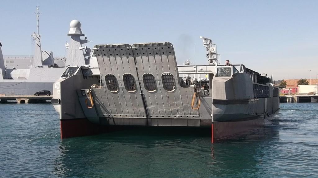 [Divers navires amphibie] EDA - R ( Engin de débarquement amphibie rapide ) Dscf2216