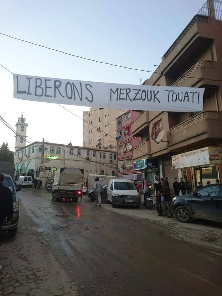 Les habitants de Laazib Oumaamar, Bgayet solidaire avec leur voisin Merzouk Touati 10520