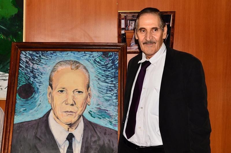 Ali Feraoun à côté du portrait de son ancien professeur à Aokas le vendredi 09 mars 2018 28951411