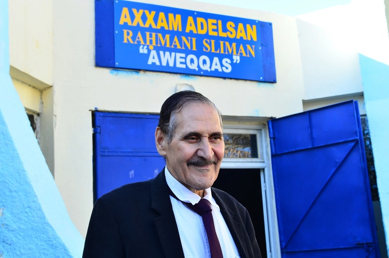 Ali Feraoun à côté du portrait de son ancien professeur à Aokas le vendredi 09 mars 2018 29027411