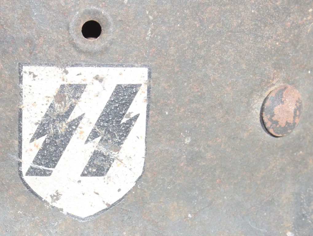 Casque M42 EF 64 Waffen SS provenant de la libération de Thiers 00354