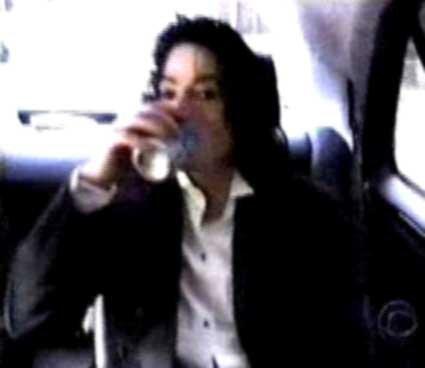 Immagini Michael Jackson che mangia e beve. - Pagina 14 Mike_t27