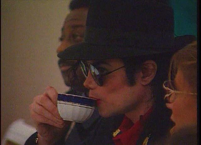 Immagini Michael Jackson che mangia e beve. - Pagina 14 Mike_t47