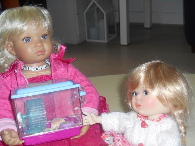 Sonia montre son hamster à Saffinette Dscn0721