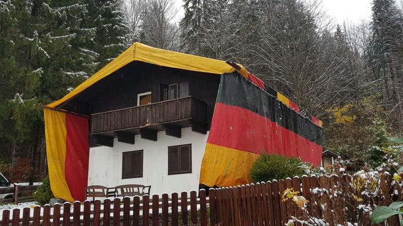 Asylheim wird unter riesiger Deutschlandflagge begast 47172110