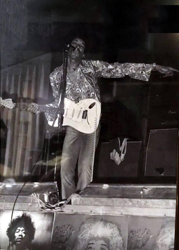 Phoenix (Memorial Coliseum) : 4 septembre 1968  Jimi_p10