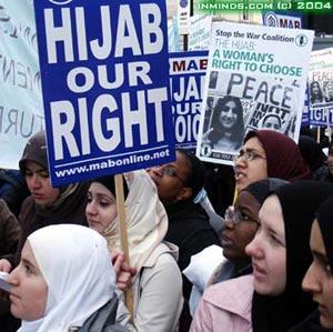 Leej txiv tua nws tus ntxhais rau qhov tus ntxhais tsis kam kiab daim ntaub thaiv ntsej muag ( hidjab ) Hijab-10