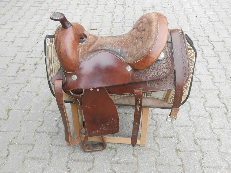 selle western havane taille cheval  impeccable +TAPIS HALF Dscn3310
