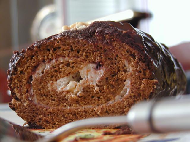 Tronchetto con Mousse al Torrone, ricetta fotografata su www.ricettegustose.it Pa020010