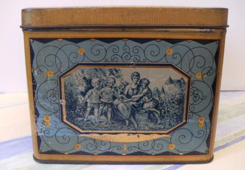 Souvenirs....souvenirs....boite à gateaux. Captu340