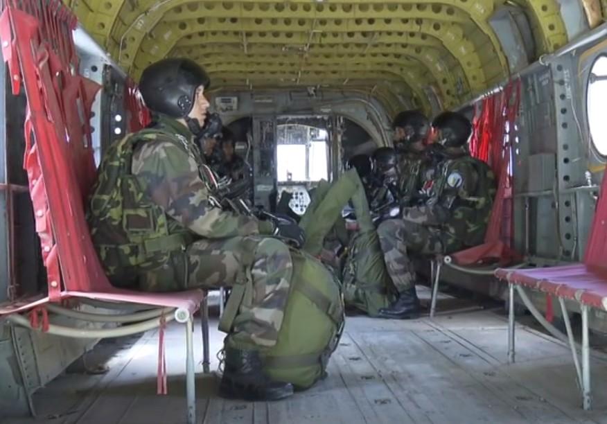Parachutistes Militaires Marocains / Moroccan Paratroopers - Page 13 Sans_125