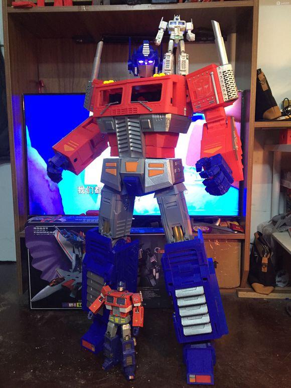 Un Optimus transformable et posable d'un mètre vingt 9313b010